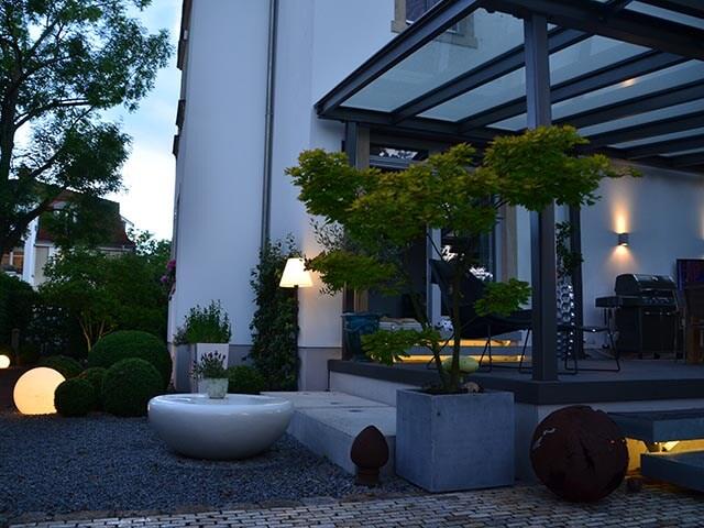 licht im garten moderner im abendlichen garten kiefern beleuchtung neu wulmstorf hamburg. Black Bedroom Furniture Sets. Home Design Ideas